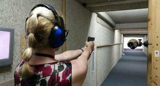 Жена с пистолет на стрелбище Варна